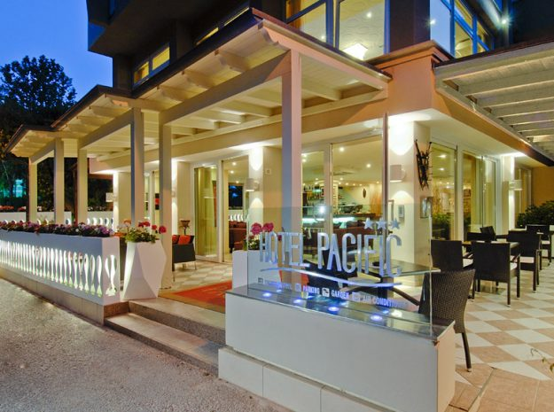 Hotel Pacific_Terrasse Nacht