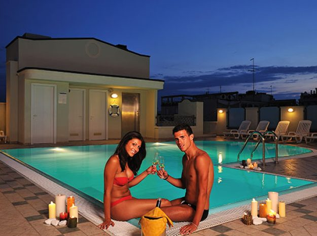 Pool Nacht©Hotel Principe Cattolica